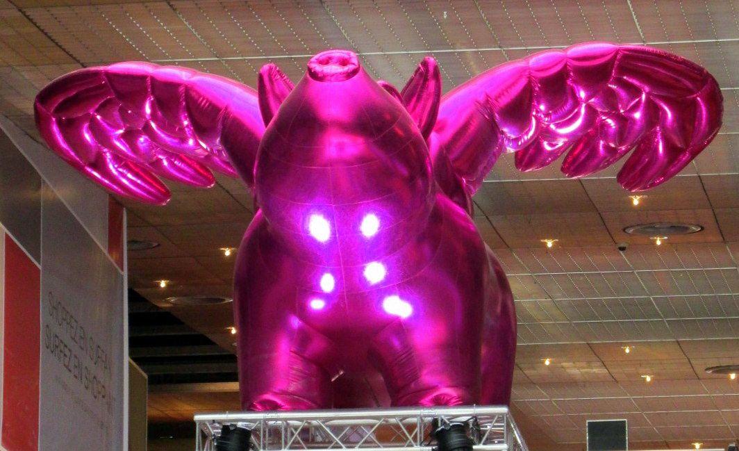 """~ Sculpture gonflable ~ Cochon rose ailé ~ """"Love Me"""" ~ #Lille3000renaissance #Euralille"""