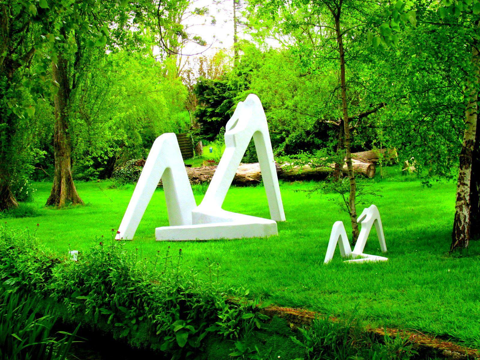 ~ Jour 5 (et dernier) ~ Matinée : A la découverte de la Gronde ~ Jardin normand ~ Silhouettes féminines sculptées par Serge SAINT ~