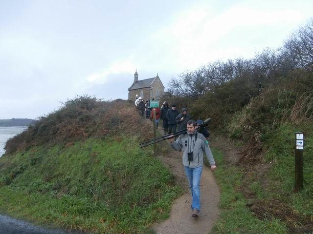 Le groupe redescend maintenant de la chapelle vers un troisième point d'observation…