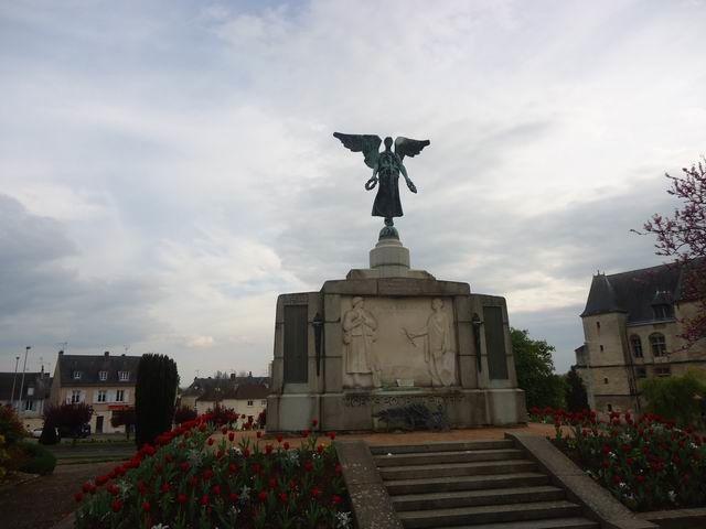 … et voici le Monument aux Morts.