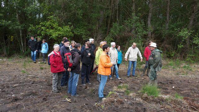 C'est un public fort attentif qui écoute les explications du guide de Bretagne Vivante.