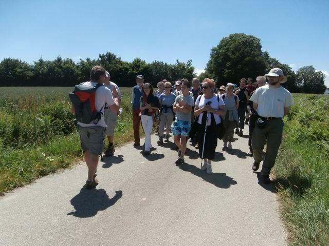 Pendant tout le trajet notre guide est intarissable... effectuant même (comme on voit ici) une partie du parcours en marche arrière… pour bien garder le contact avec son auditoire !