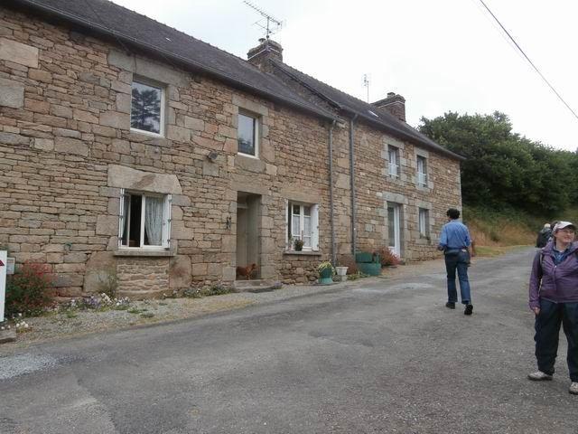 Nous approchons en effet de ces anciennes maisons...