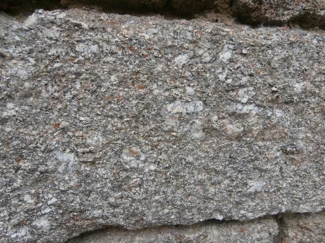 … elles aussi construites avec le granite local… légèrement altéré ici d'où sa couleur plus jaune que celui vu dans la carrière.