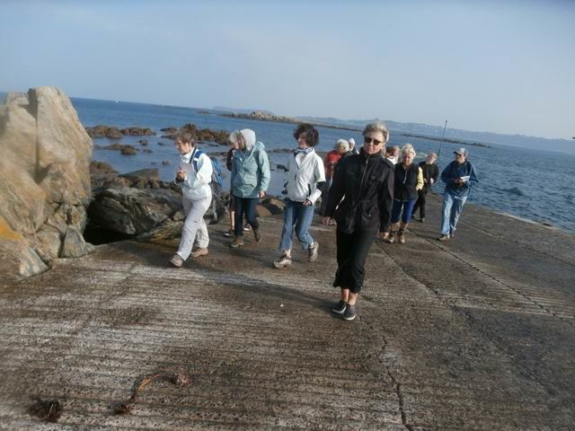 La marée ne nous permettant pas de continuer par les rochers, nous revenons un peu sur nos pas...