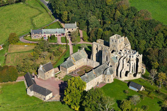 Quant à l'abbaye... que l'on voit ici en photo aérienne... et que nous ne connaissions pas encore...