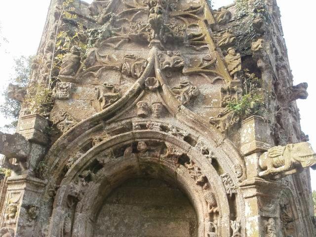 ... présentent des sculptures formant de véritables dentelles de pierre.