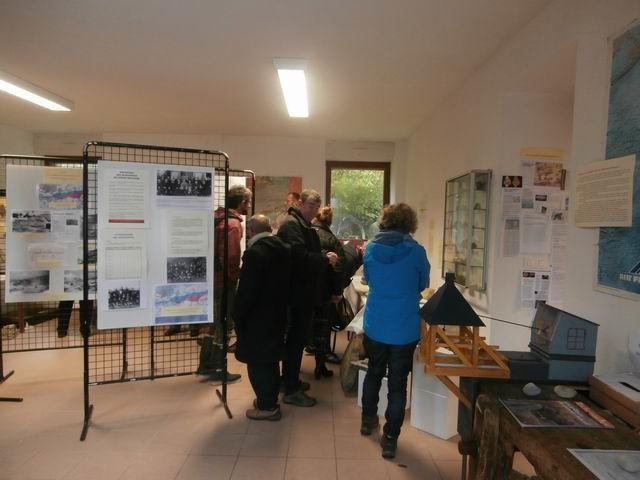 """On voit ici la moitié des participants pénétrer dans le musée """"géologie""""... (cependant que l'autre moitié visite le musée """"outils anciens"""")"""
