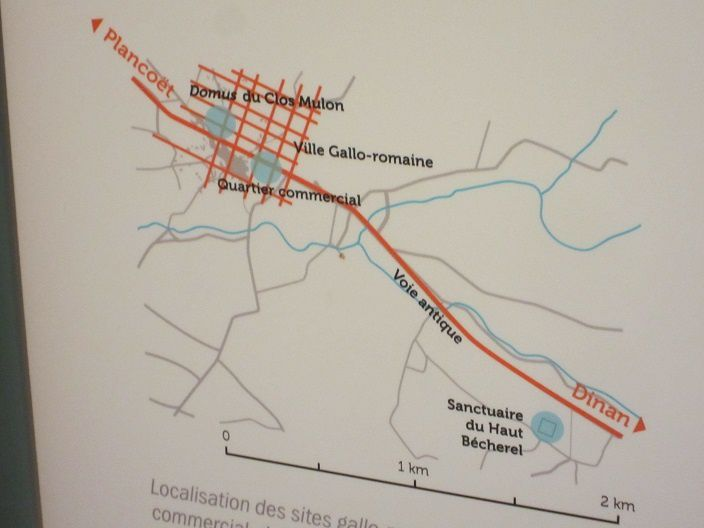 Ici un plan de Corseul avec ses rues bien perpendiculaires les unes par rapport aux autres... et son principal accès routier.