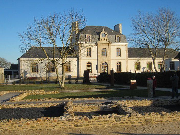 """Voici maintenant le musée Coriosolis (à l'arrière plan) avec les restes de la """"domus"""" au premier plan."""
