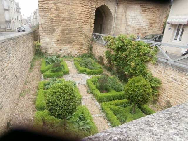 Une dernière curiosité pour terminer : ce jardin en creux à proximité d'une chapelle... Il est déjà plus de 16h.... le temps de prendre un dernier goûter et il va être l'heure du retour !