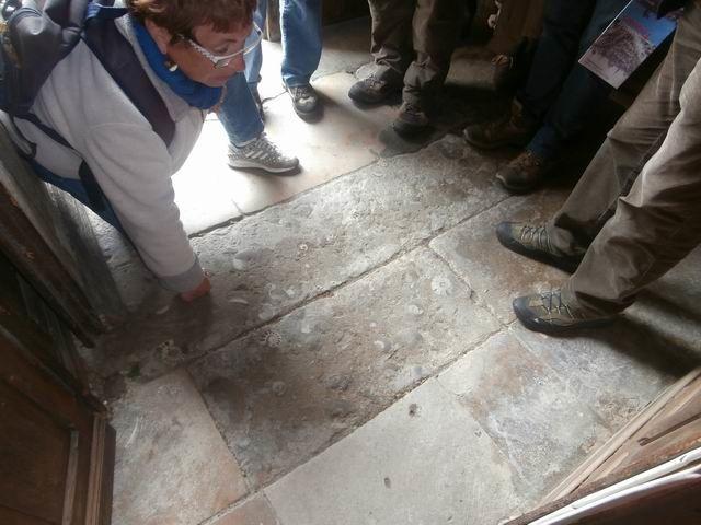 Ici nous sommes à l'entrée de l'église abbatiale St-Laon (proche de l'Hôtel de Ville)...