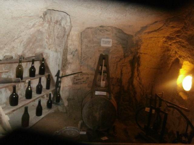 Ici c'est une cave... Dans le village ill y avait en effet une importante production de vin.
