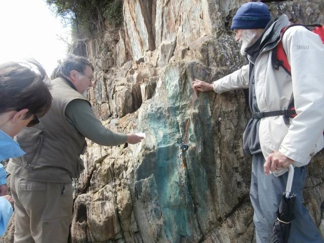 Nous voici arrivé dans une zone où l'on voit de la malachite intercalée dans les volcano-sédiments.