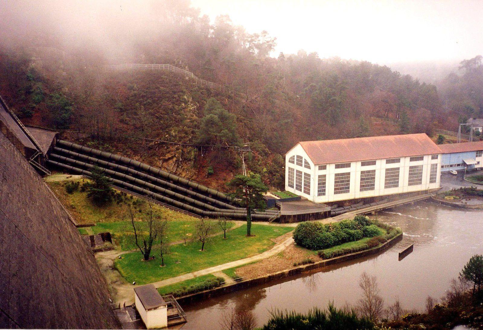 On voit bien sur cette photo les 4 conduites qui alimentent la centrale à partir du lac.