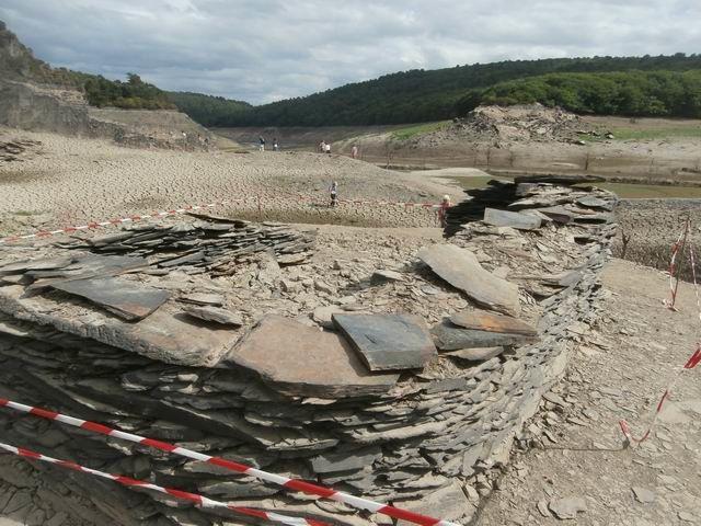 """... ainsi que de nombreux restes d'abris appelés """"Tue-vent""""..."""