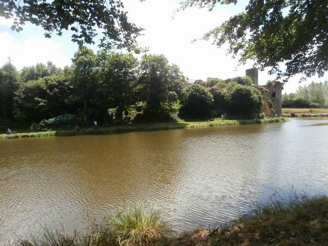 Nous faisons ensuite le tour des deux étangs de Corlay... avec ici un superbe point de vue sur le chateau.