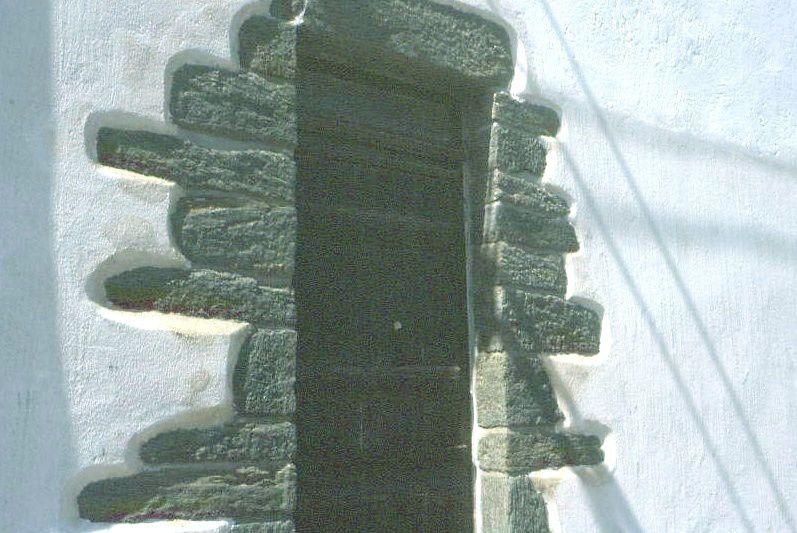 Dans les maisons ( de Locmaria notamment) on les rencontre autour des ouvertures des maisons anciennes.