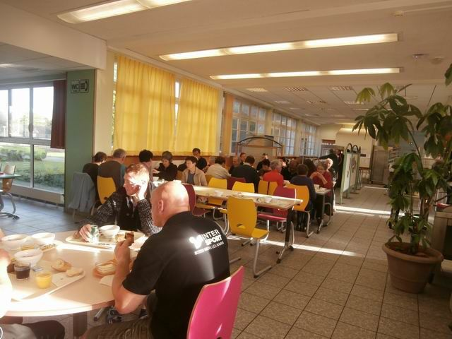 Cette photo a été prise lors du petit déjeuner pour vous montrer l'endroit où nous prenions nos repas.