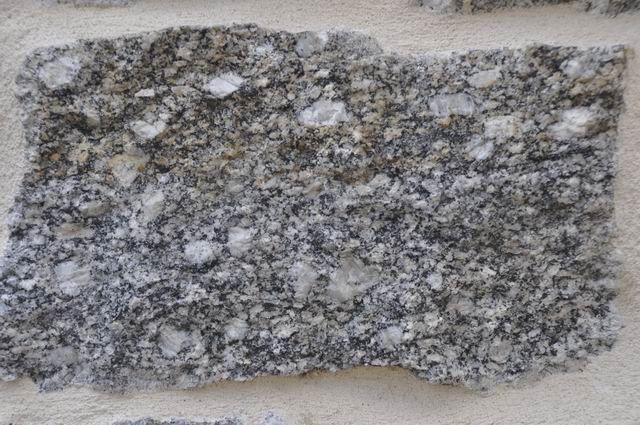 """... une roche qui se reconnaît à sa couleur un peu sombre et à ses gros feldspaths. (j'en parle dans le compte-rendu de la sortie du 5 décembre 2015 - faire dans catégories """"sorties 2015)"""