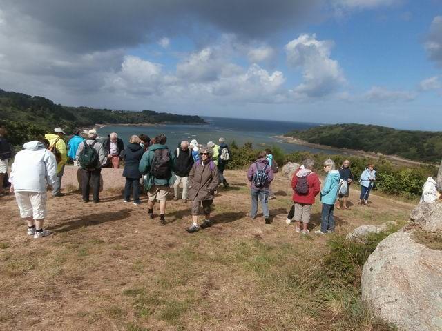 Pour voir la roche locale, nous montons jusqu'à ce point haut d'où la vue est superbe...
