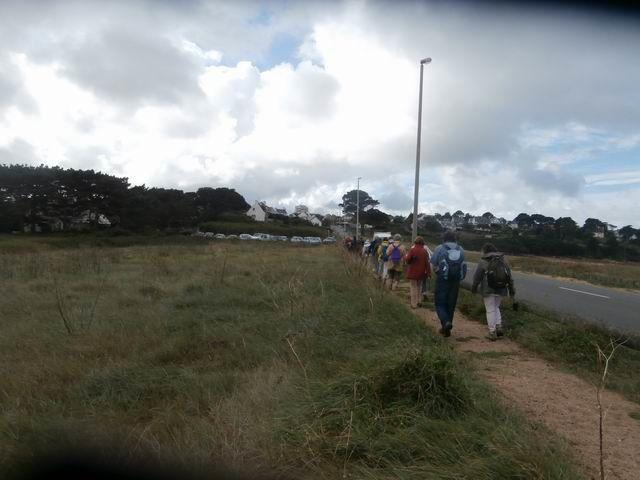 En longeant la route (et la plage de Goas Trez à droite), nous revenons vers les voitures.
