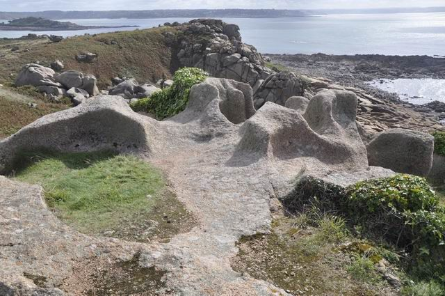 L'érosion alvéolaire des blocs de granite, sur cette pointe, est exceptionnelle.