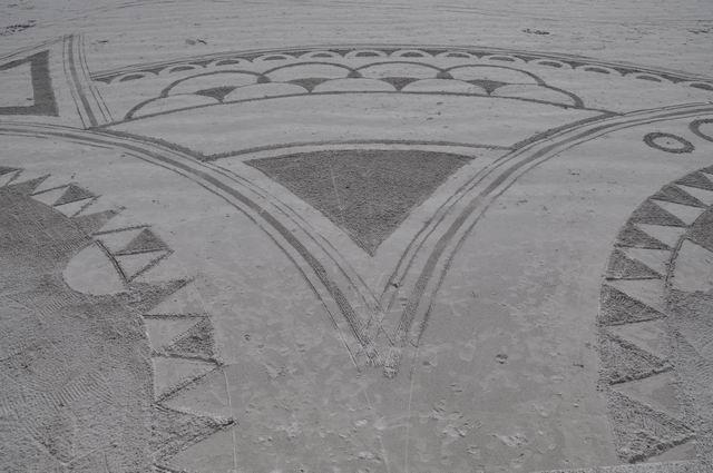 ... ce qui nous fait quitter les lieux... et ces superbes dessins sur la plage... (exemption faite de ceux qui participeront à la manif.)...avant que la circulation ne s'intensifie.