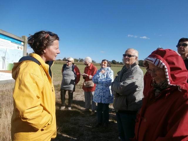 Mais bien sûr c'est notre guide qui nous explique en détail comment ce parc éolien a été financé et mis en place avec la participation de la population locale... et qui répond aux nombreuses questions des participants.