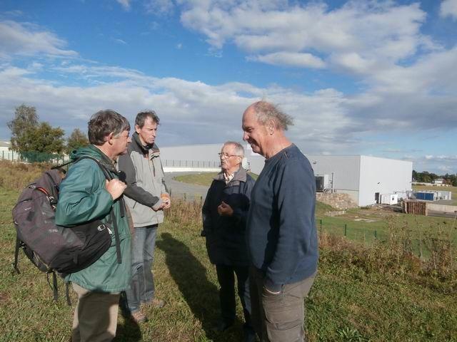 Pendant que la discussion continue devant la chaufferie, Jean-Claude entraîne un petit groupe vers le site de Kermené...