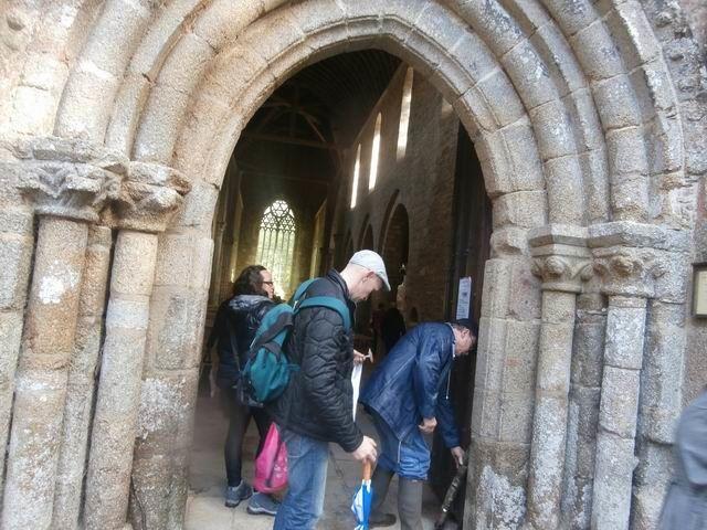 Nous en explorons d'abord la chapelle.