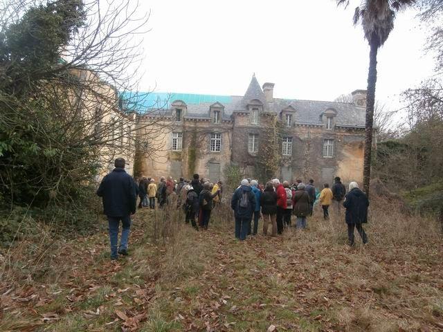 Ici on voit bien à l'arrière du groupe l'ensemble du château.