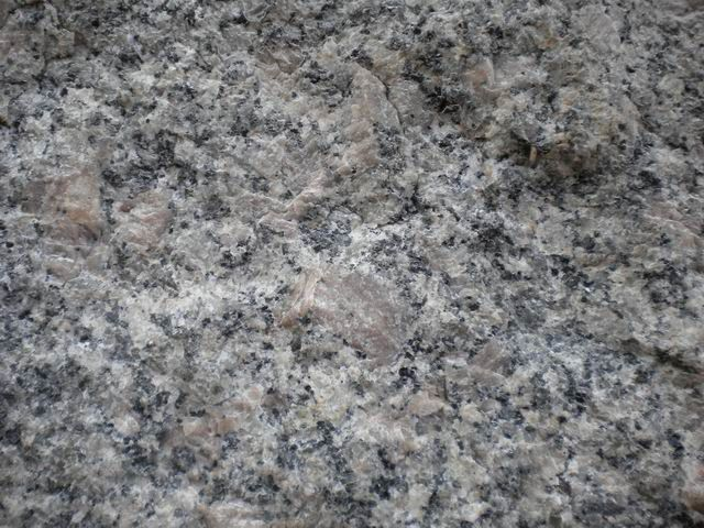 un nouveau granite provenant de l'Aber Ildut... il s'est formé en même temps et sur le même axe que celui de La Clarte mais en diffère cependant quelque peu.