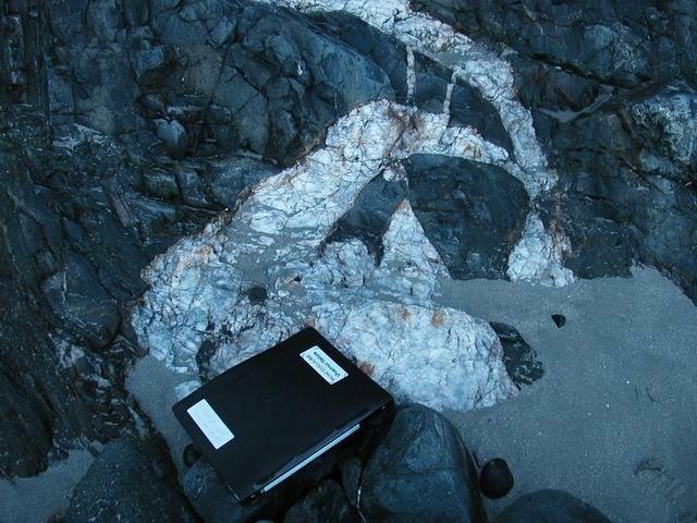 ... parfois assez complexes. Ils se sont formés en profondeur : dans des cassures de l'eau minéralisée transportant de la silice a déposé celle-ci (avec le temps tout est possible).