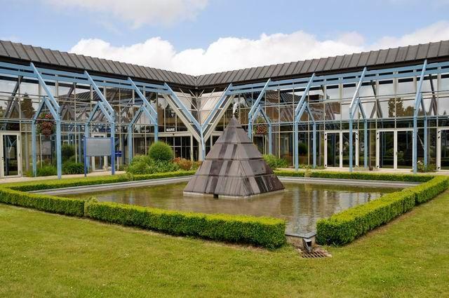 ... avec ses bâtiments modernes aux larges baies vitrées.