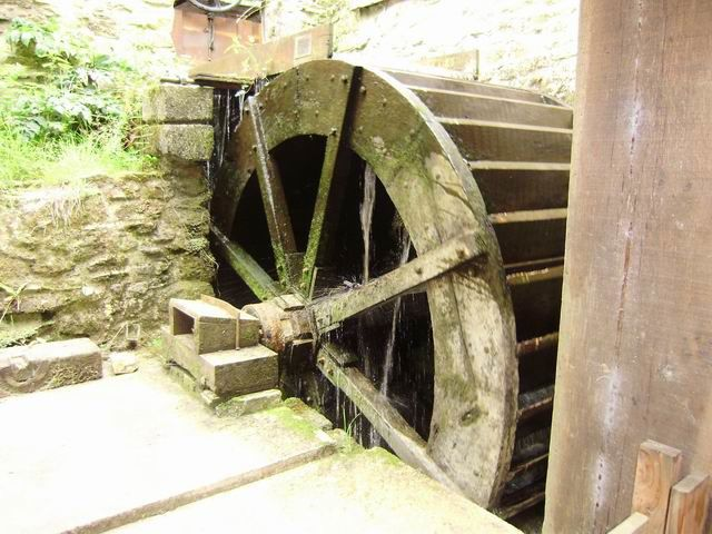 ... des roues (il y en a deux reconstituées : une en métal et une en bois photographiée ici)... on les voit effectivement se mettre en marche au fur et à mesure des réglages.