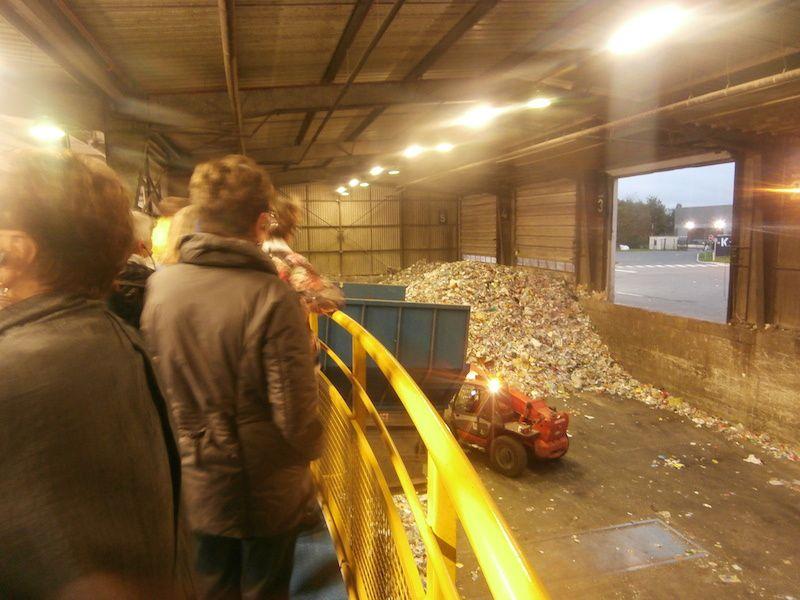 Première étape : le groupe observe l'arrivée des déchets..
