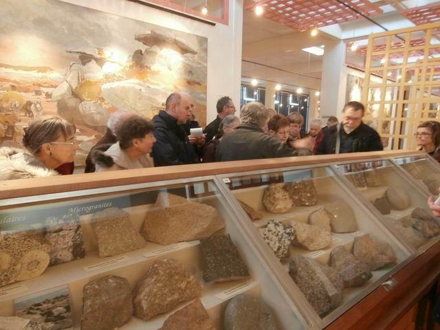 Nous sommes en effet arrivés dans la grande salle où de nombreuses vitrines exposent des formations géologiques riches et variées...