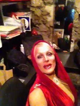 Miss Fein, Barbot en robe Vichy et en Kylie Minogue