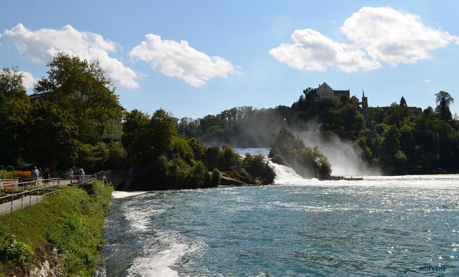 Le fleuve a creusé un méandre assez large ici, comme s'il voulait exhiber beauté et puissance. Les visiteurs ont tout le loisir de le contempler, en suivant le chemin qui longe la rive.
