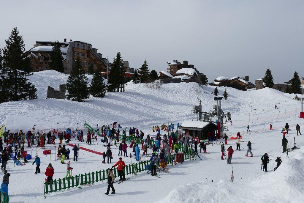 "circulation en ski dans les rues, ""village des enfants"""