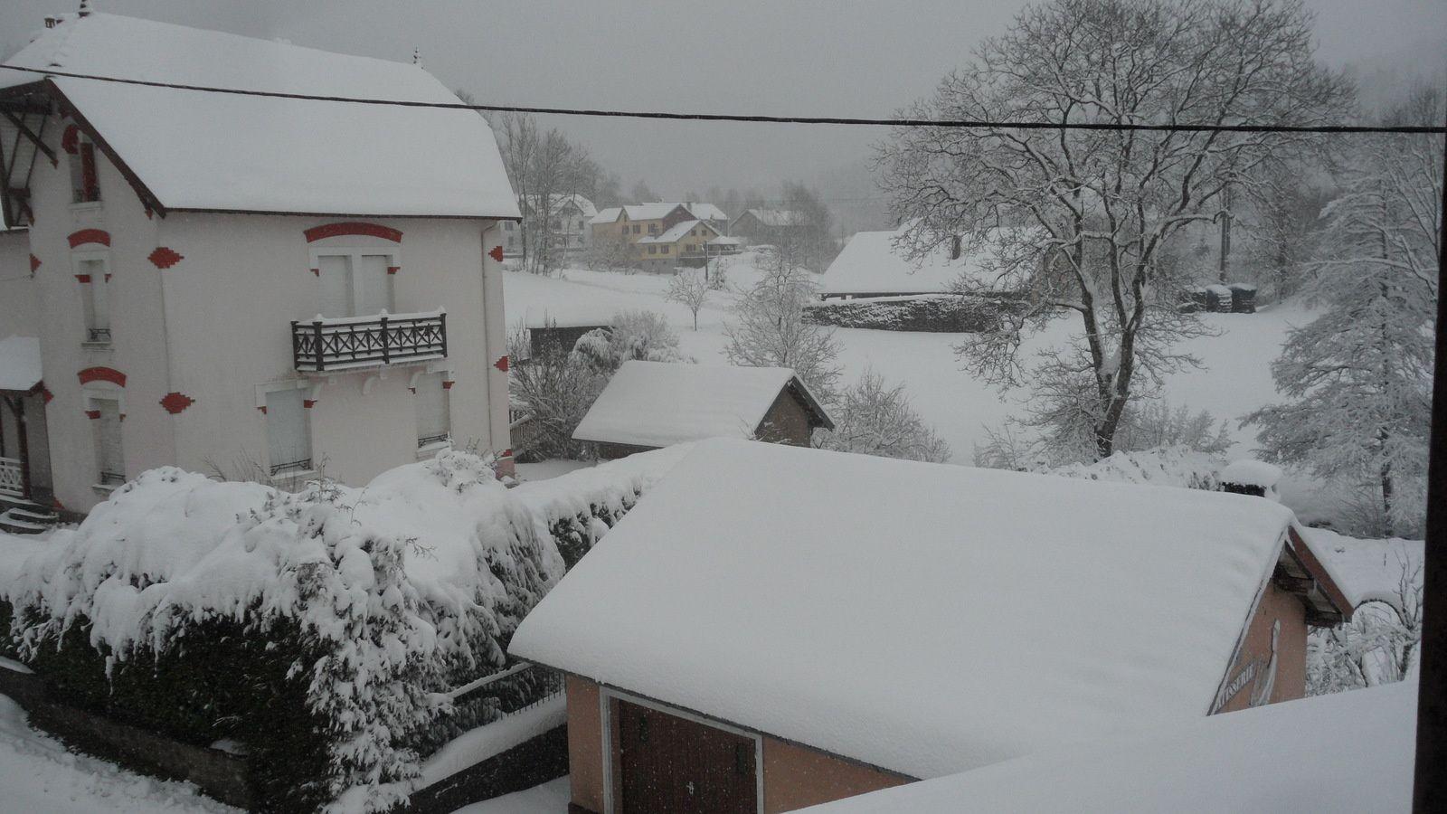 2 jours de neige , voila ce que ça donne dans le village ....