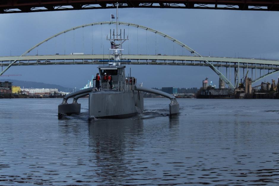 Le tout denier né de la DARPA, Sea Hunter, est un ACTUV, pour Anti-Submarine Warfare (ASW) Continuous Trail Unamanned Vessel. C'est un drone autonome destiné à parcourir les océans en quête de proies sous-marines.