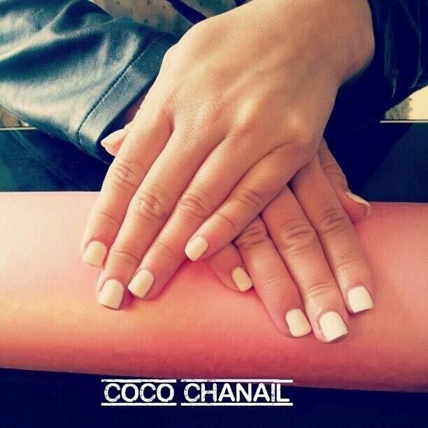 87 pose vernis semi permanent blanc sur ongles naturels coco chanail. Black Bedroom Furniture Sets. Home Design Ideas