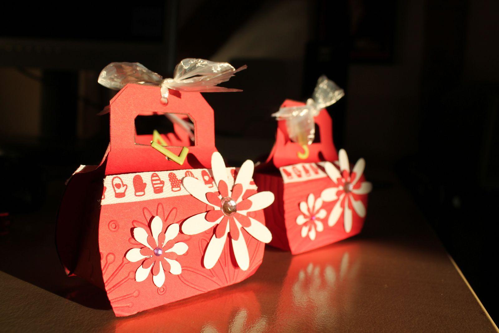 Je me suis inspirée d'un tuto vu sur les blogs, peut-être celui de Chantal, pour réaliser ces petites boites que j'ai offerte à Noël. J'y ai glissé une bague dedans pour mes nièces et belles filles. Très sympa à faire !!!! Bonne journée !!! bizzzz à tous et toutes qui passez par là