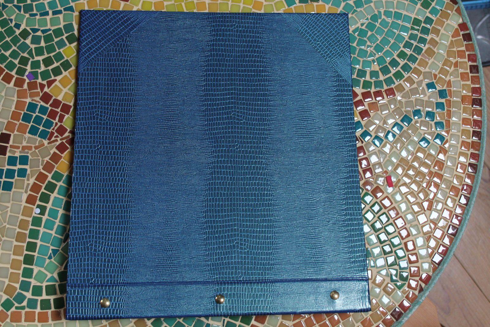 Je viens de fabriquer mon premier album de scrap, j'ai opéré avec les papiers que j'avais sous la main, mais je suis assez fière du résultat. Je me suis inspirée d'une vidéo vue sur le net. C'est un peu long, mais ça vaut le coup, étant donné le prix des albums sur le marché. Je l'ai recouvert d'un papier simili cuir bleu (c'est tout ce que j'avais) et l'intérieur et recouvert d'un tissu papier (que j'utilisais pour l'encadrement). Il ne me reste plus qu'à trouvé des vis pour album, et le tour est joué. Bon dimanche, très venteux pour nous !!! Bizzzzz