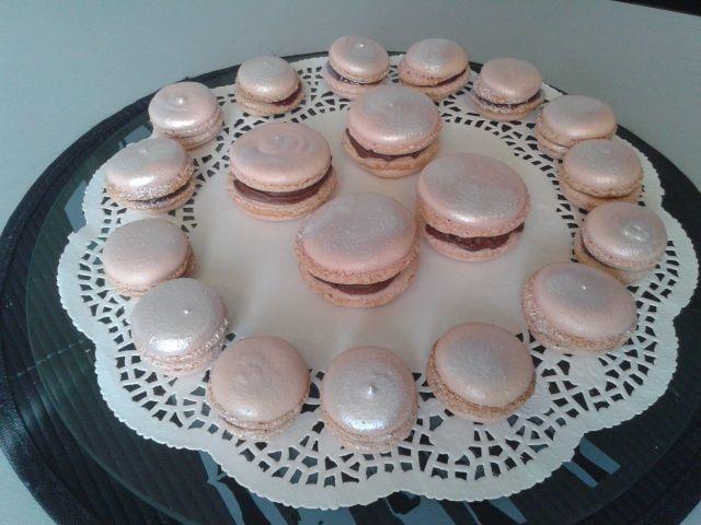 Macarons framboises et ganache chocolat.