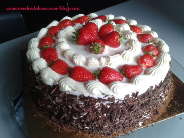 G teau fraise chocolat aucentredesdelices - Decoration gateau avec creme chantilly ...