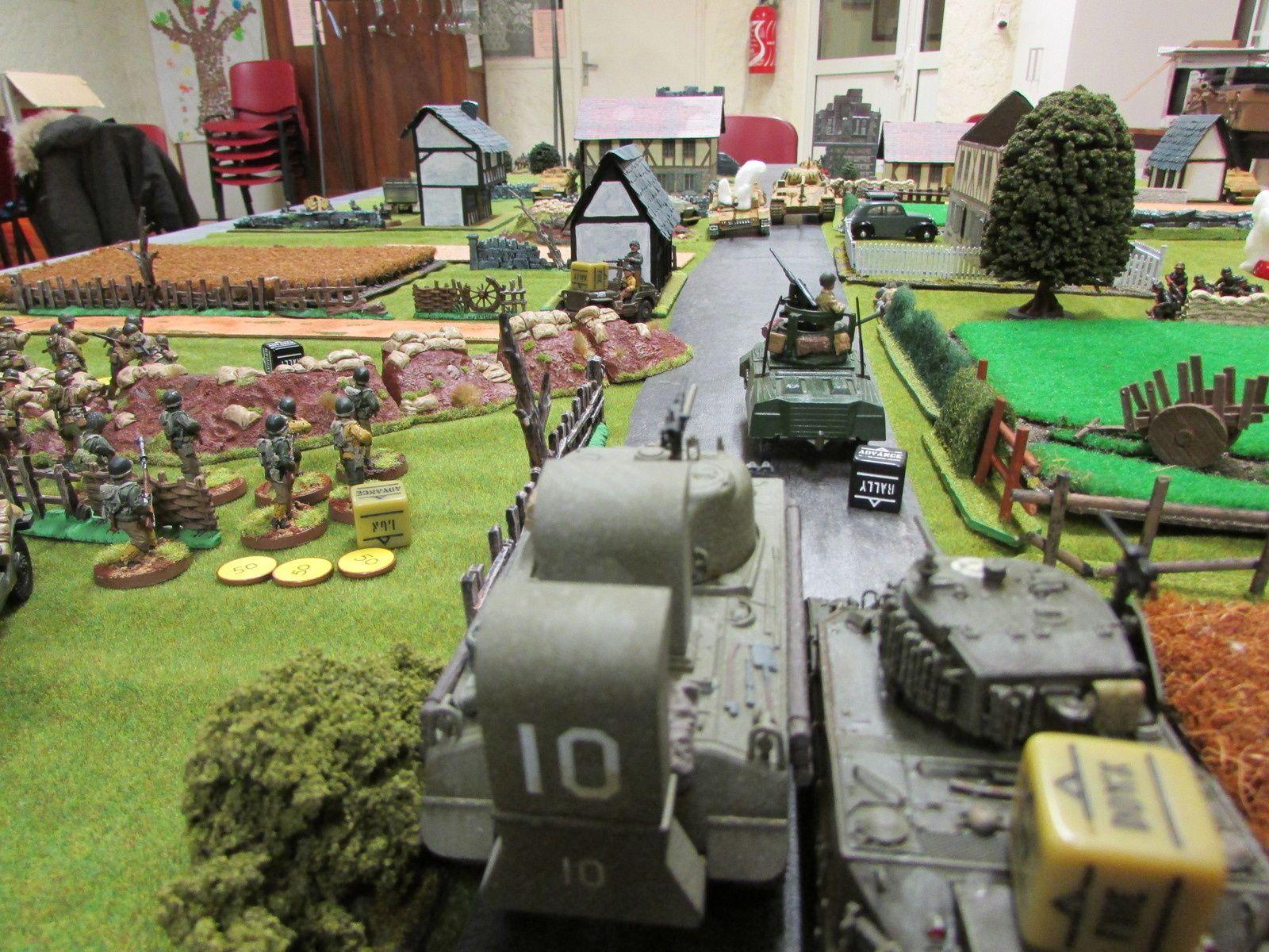 Le Sherman vétéran à l'origine du tir reste sous la menace du panther.