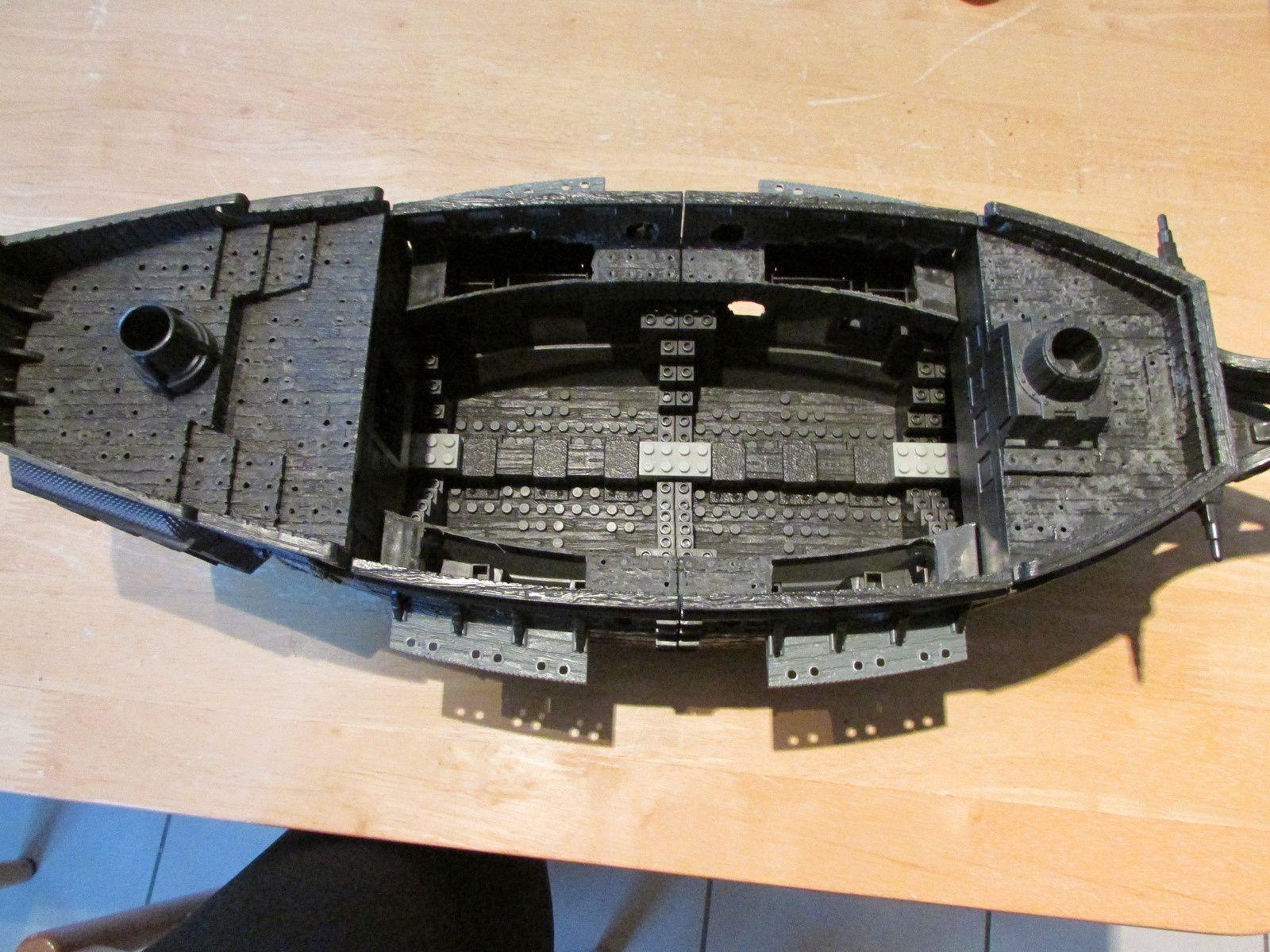 """Le bateau mega blocks ou il faut retirer toutes les """"attaches lego"""" pour obtenir une surface lisse et pouvoir y coller le carton plume. La partie la plus délicate reste à faire des petits trous sur les côtés pour y poser des sabords et y installer les futurs canons"""